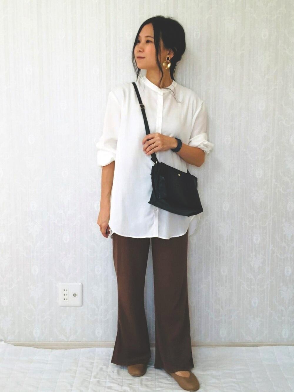 白のノーカラーシャツにブラウンのパンツのコーデ