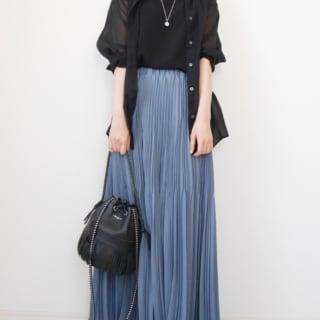 ユニクロのバンドカラーシアーシャツの黒と黒トップスにブルーのプリーツスカートのコーデ