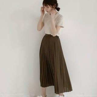 ベージュのTシャツにブラウンのスカートのコーデ