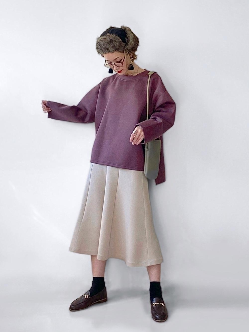 紫のプルオーバーにベージュのスカートのコーデ
