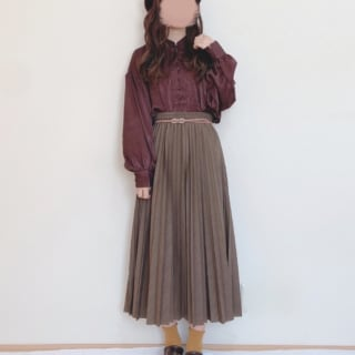アコーディオンプリーツロングスカートにブラウンのブラウスのコーデ
