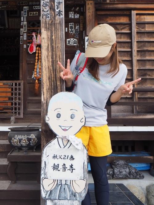 白半袖Tシャツとブラック長袖Tシャツにイエローバーサタイルショーツを履いた女性