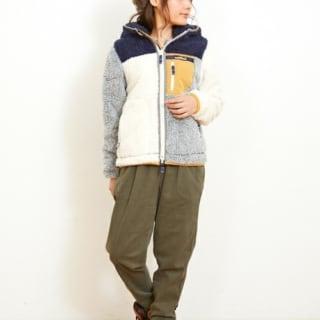 シャギーボアフリースジャケットとカーキドローコードパンツにパイロットキャップを履いた女性