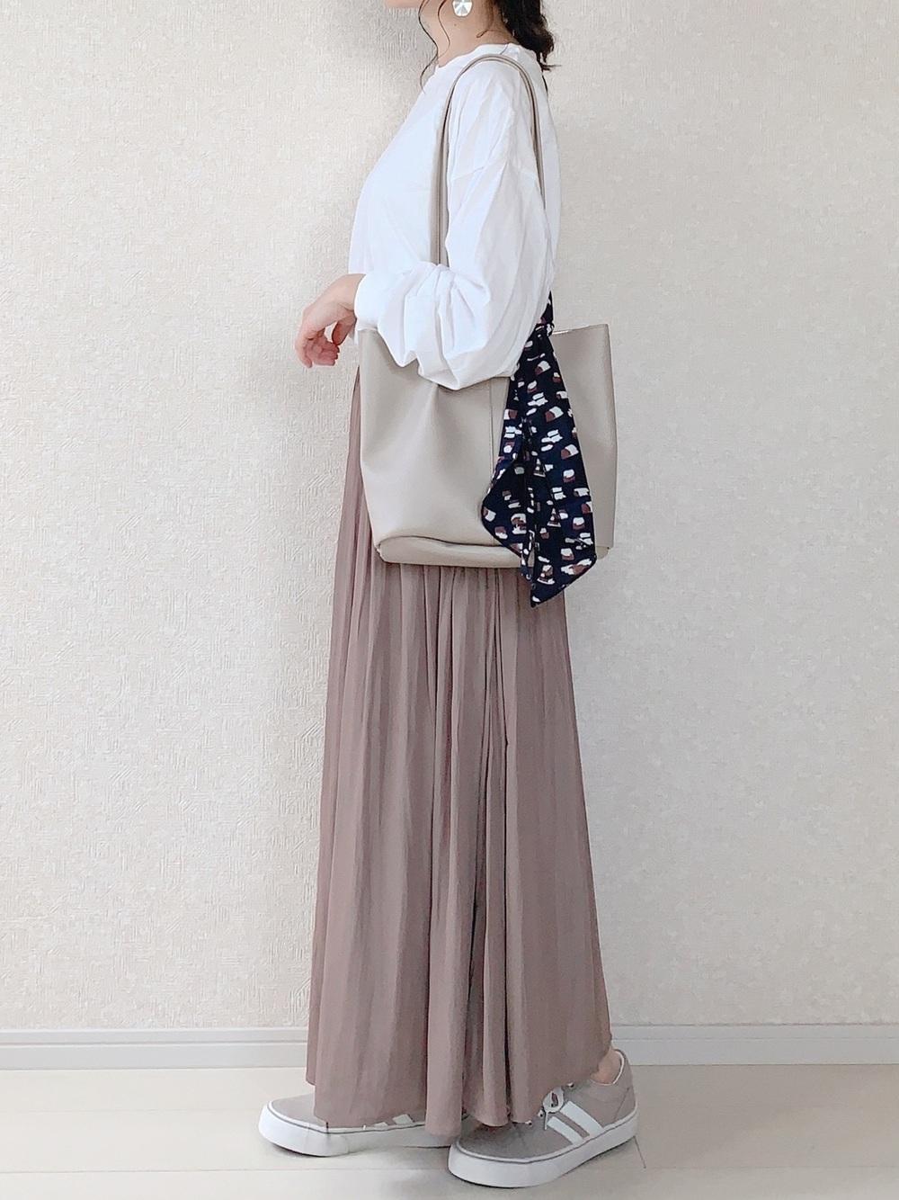 ハニーズのバッグを持つ女性