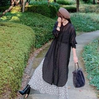 黒のワンピに花柄のスカートのコーデ