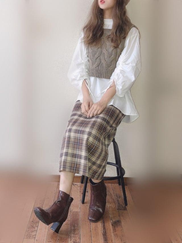 GUのスカートにベストとブラウスを合わせたコーデ