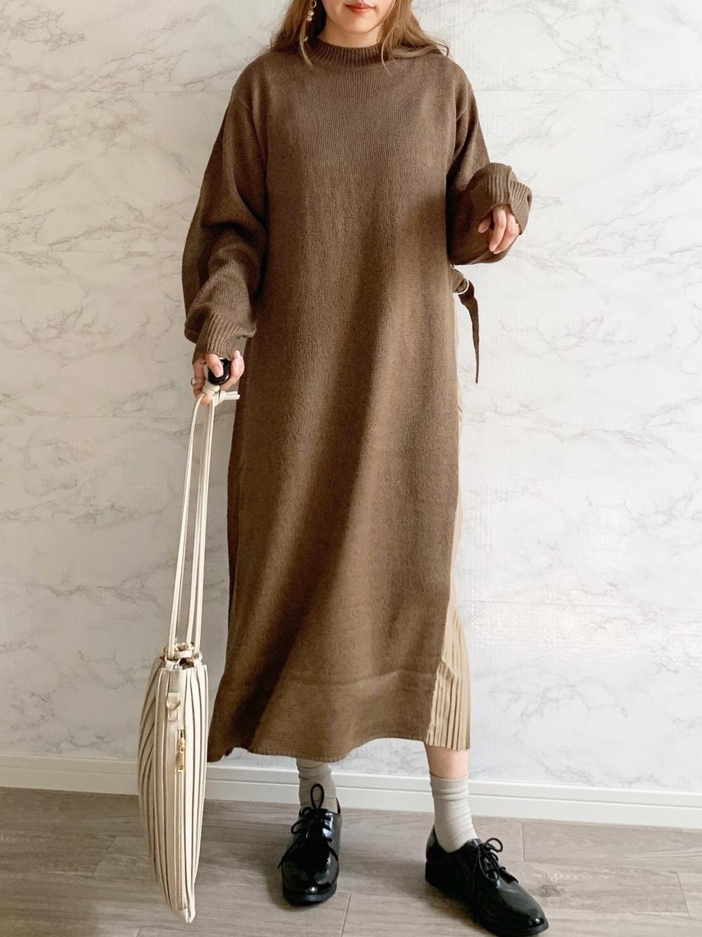 ブラウンのワンピースに巾着バッグのコーデ