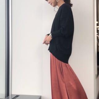 サテンスカートにスウェットを合わせたコーデ