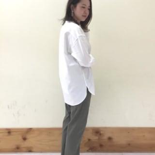 白のシャツにチノパンのコーデ