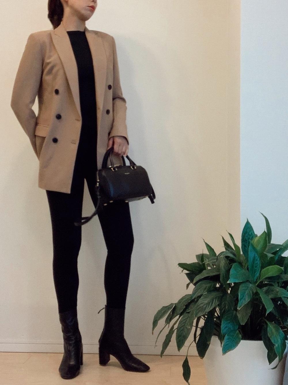 テーラードジャケットに黒のパンツとブーツのコーデ