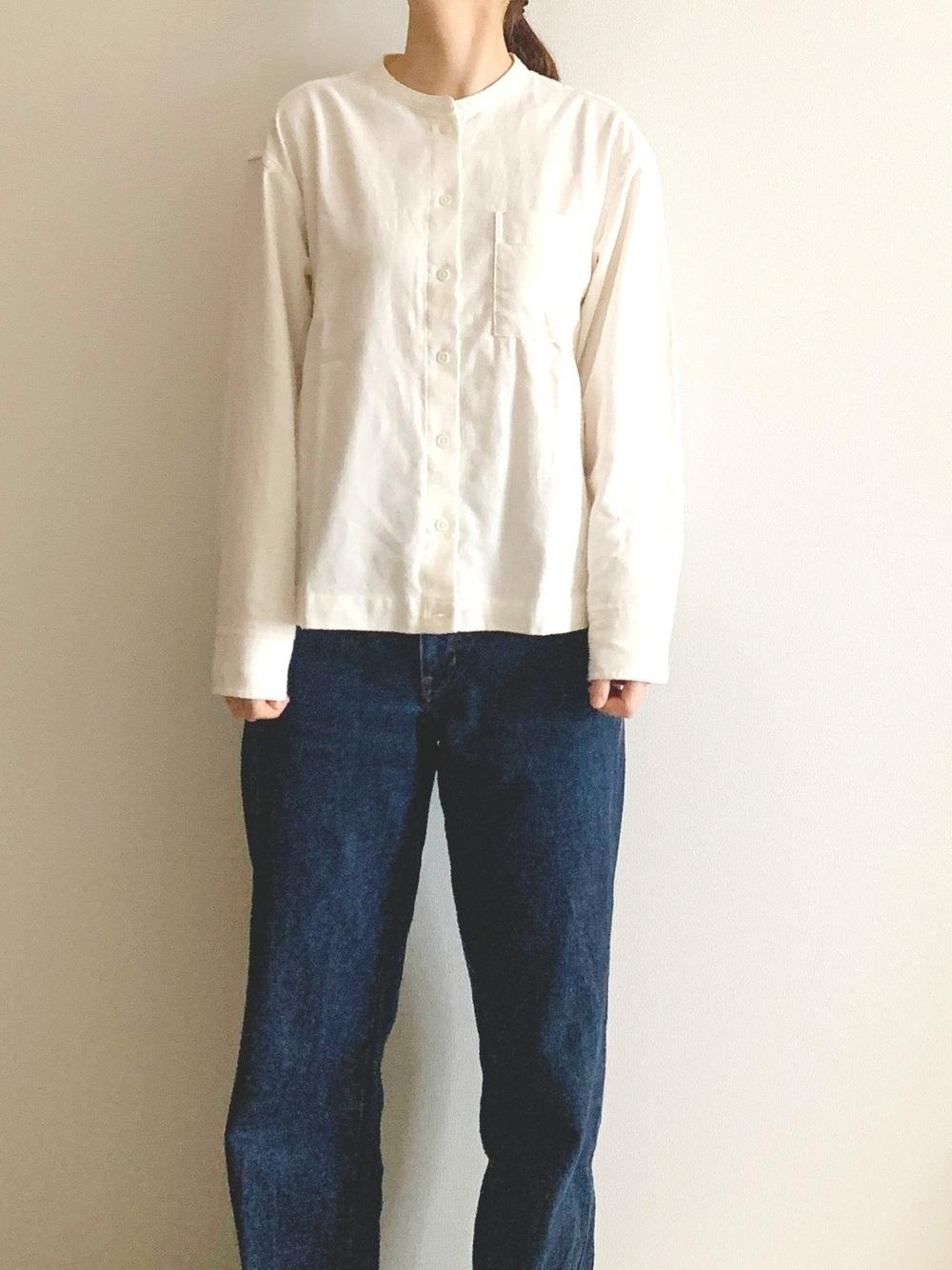 白のシャツにデニムパンツのコーデ