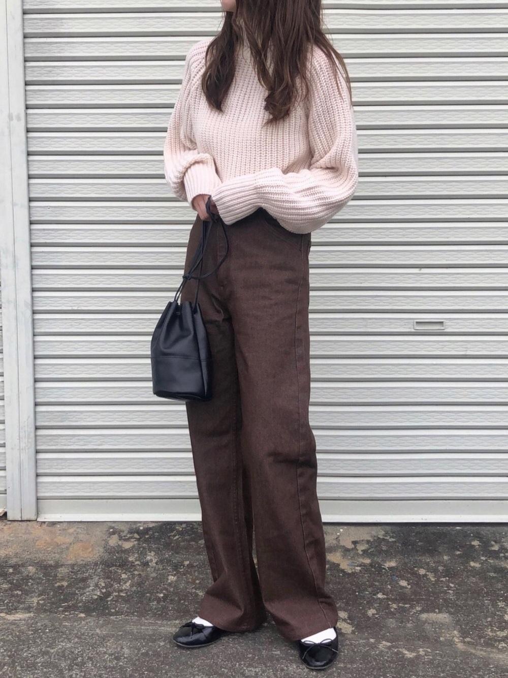 ユニクロのローゲージタートルネックセーターにブラウンパンツのコーデ