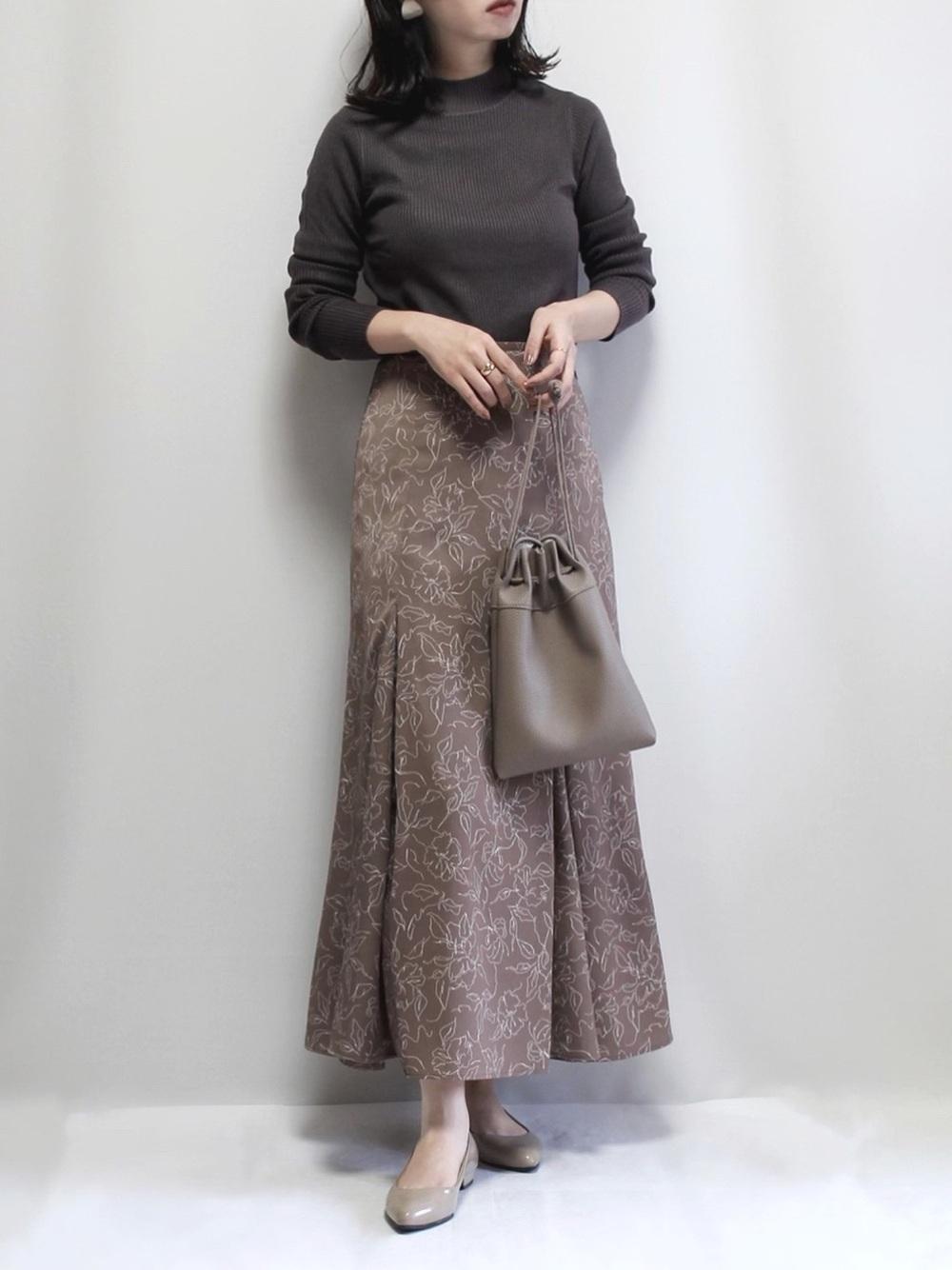 リブニットに柄スカートのコーデ