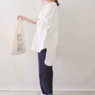 レジ袋風エコバッグを持つ女性