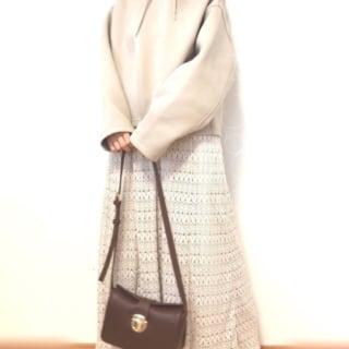 しまむらのニット編みロングスカートとユニクロのパーカーのホワイトワントーンコーデ