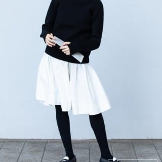 靴下屋の80デニールブラックタイツに白スカートと黒ニットのコーデ