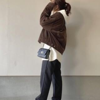コーデュロイジャケットにデニムパンツのコーデ