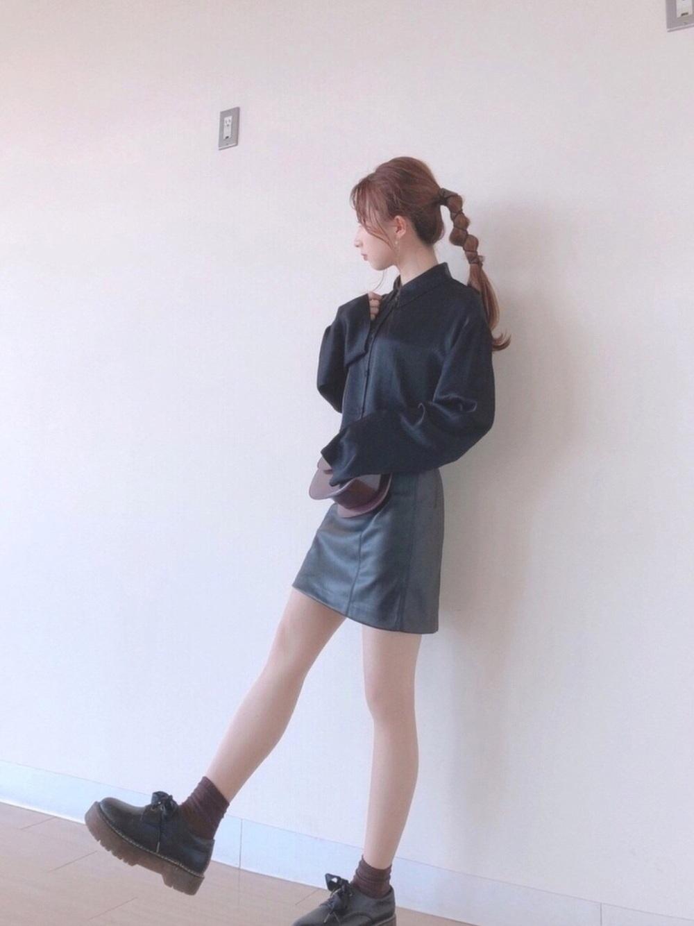 黒のブラウスにレザースカートのコーデ