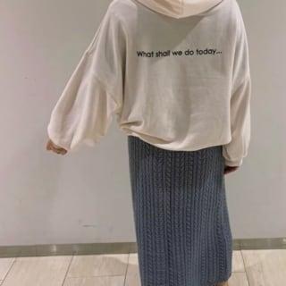 パーカーにスカートのコーデ