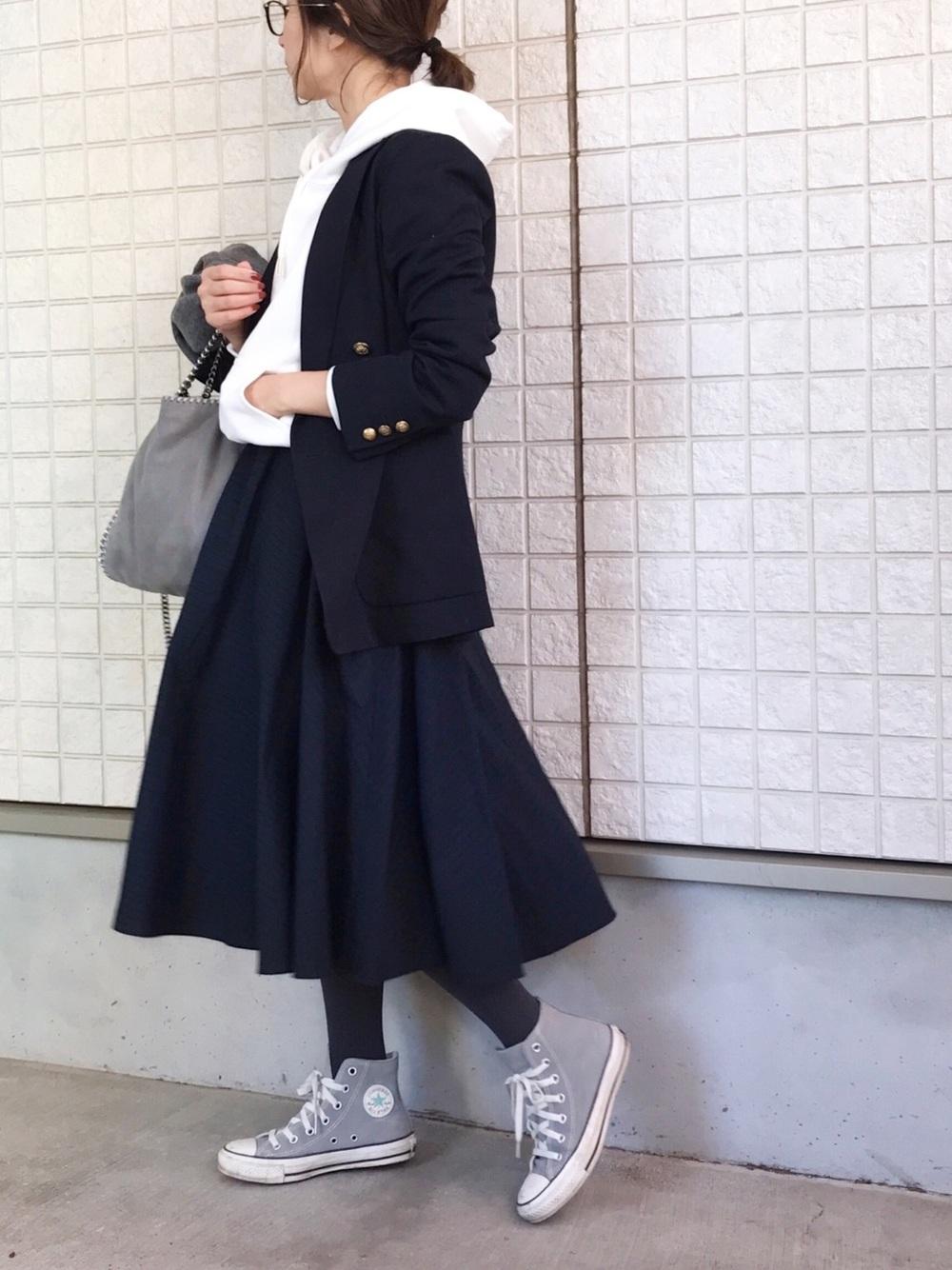 ネイビーのスカートとジャケットにホワイトパーカーのコーデ