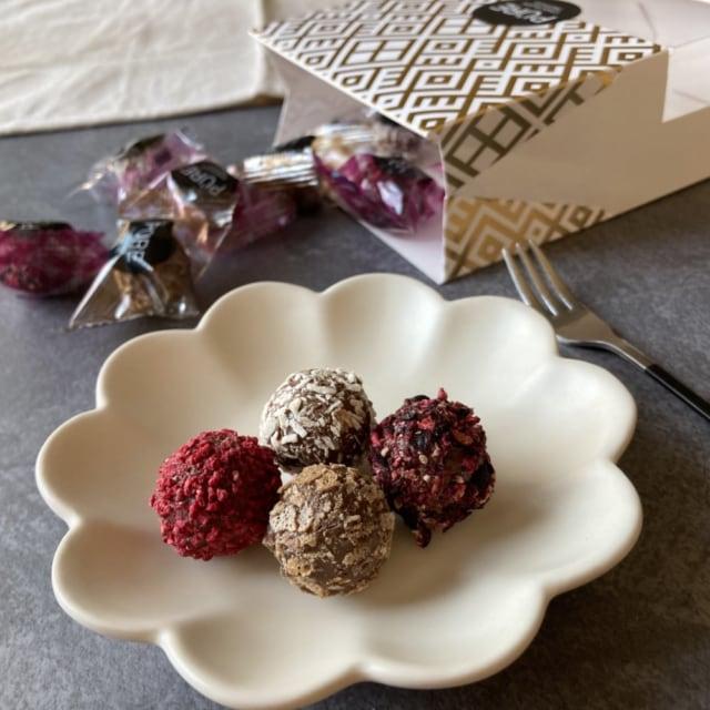 4種類をお皿にのせた成城石井ピュア社トリュフアソート