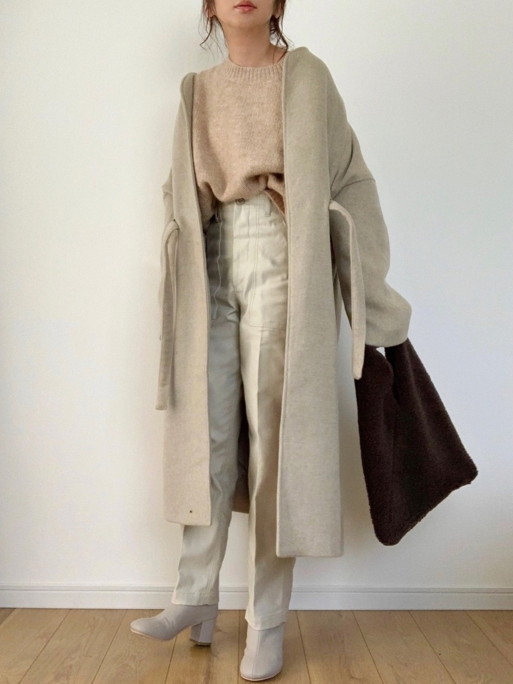 ZARAのウールコートとベージュニットに白パンツのコーデ