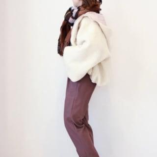 ホワイトボアジャケットにブラウンパンツとブラウンチェックストールのコーデ