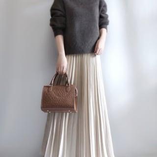 ダークブラウンニットとホワイトプリーツスカートのコーデ