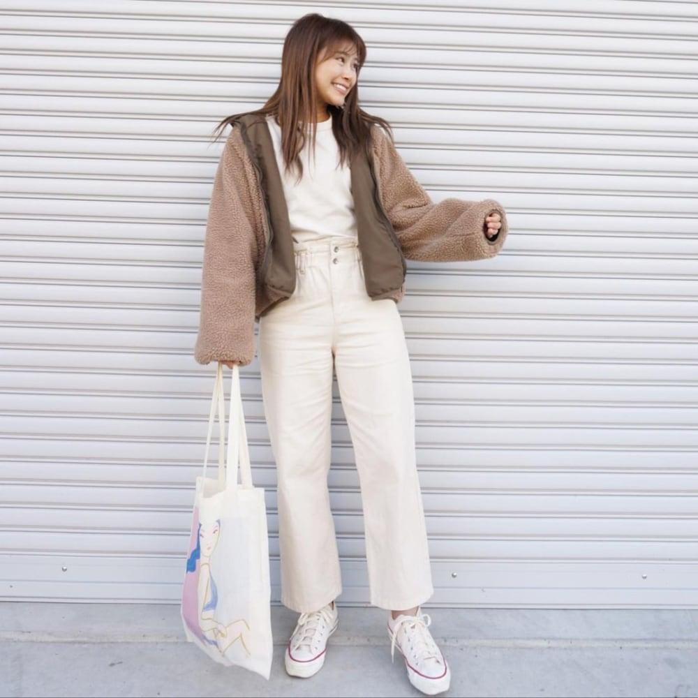 白トップスに白デニムをと白スニーカーを合わせ、ブラウンのリバーシブルボアブルゾンを羽織り、トートバッグを用いたコーデ
