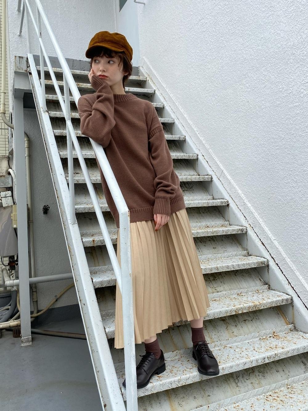 ブラウントップスとスカートにブラウンのキャスケットのコーデ