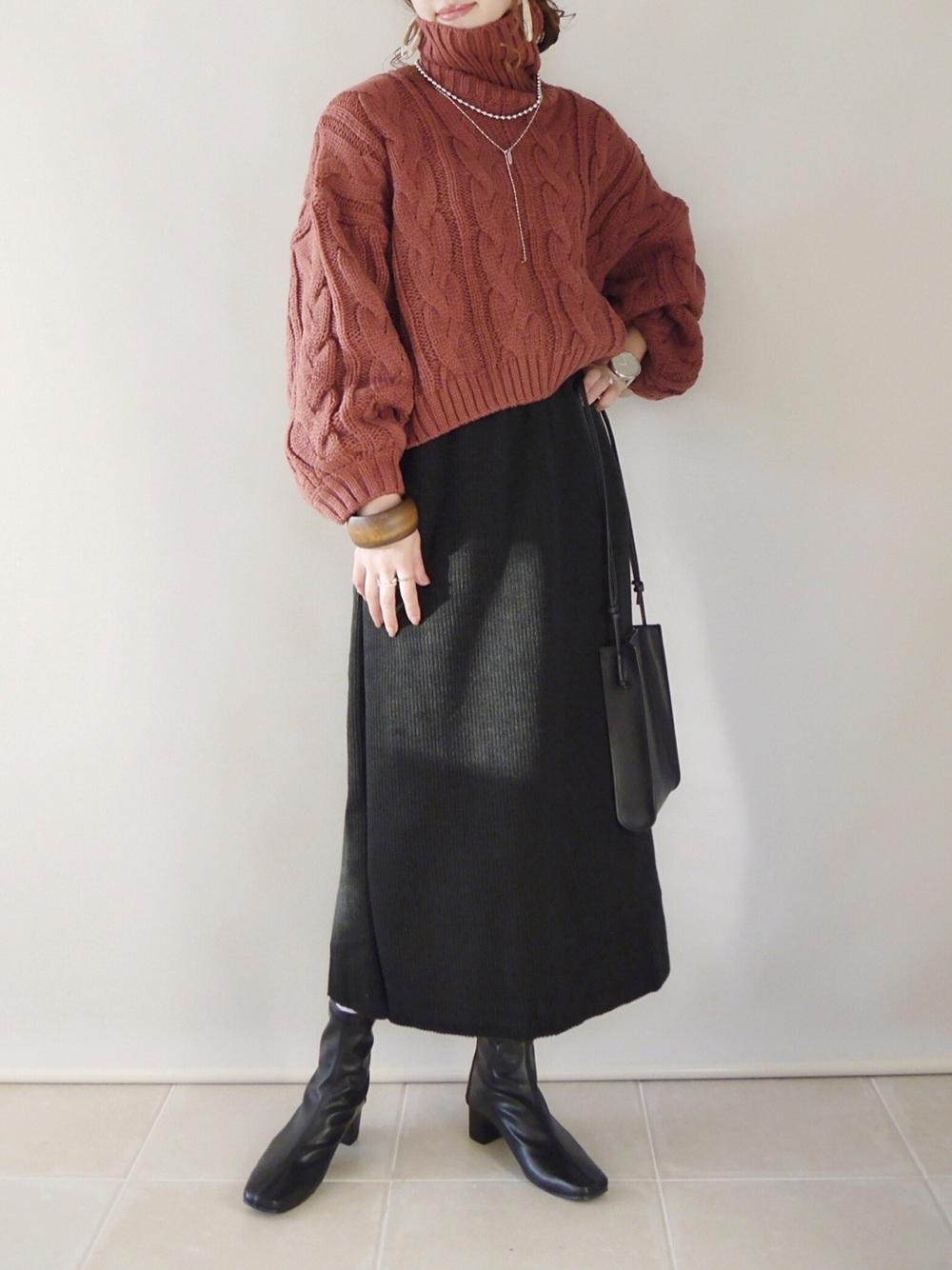 カラーニットに黒のスカートのコーデ