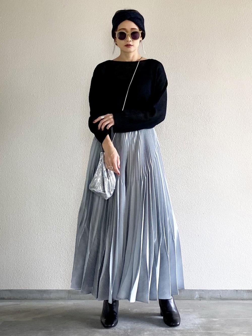 黒ニットにグレーのプリーツスカートのコーデ