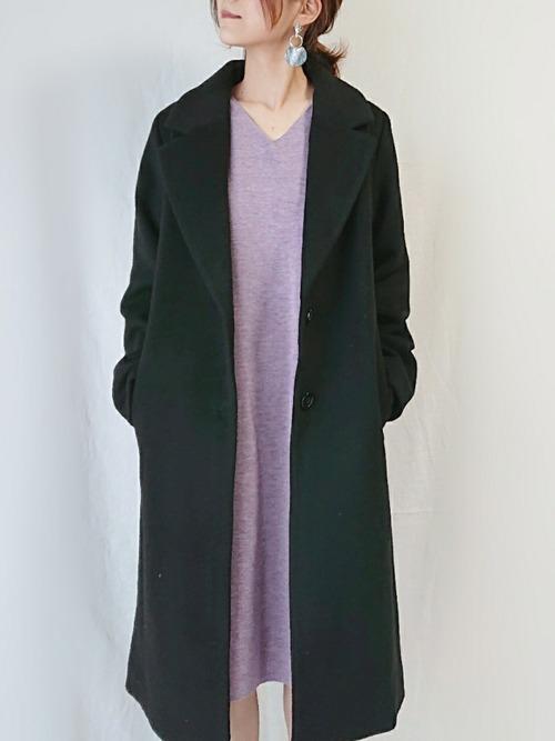 パープルのニットワンピースに黒のチェスターコートを羽織ったコーデ