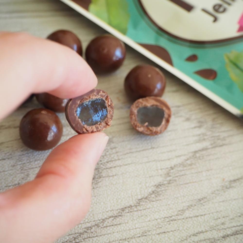 カルディの「ミントゼリーチョコ」断面画像