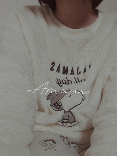 白のフリース素材にスヌーピーの刺繍がされたパジャマ