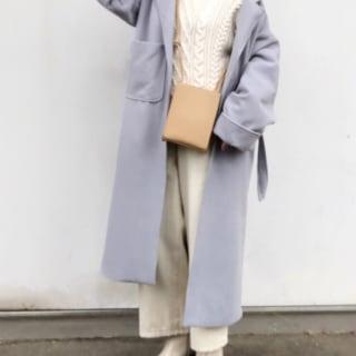 ブルーのコートのコーデ