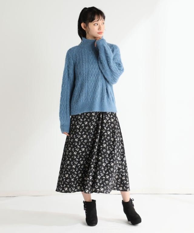 ハニーズの青ケーブルニットと黒花柄スカートのコーデ