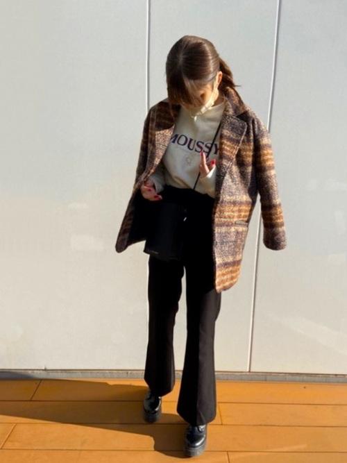 白のロゴスウェットにブラウンのチェック柄テーラードジャケットを羽織り黒のスラックスと厚底シューズ、スクエアショルダーバッグをコーディネート