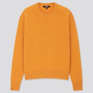 オレンジカラーのクルーネックセーター