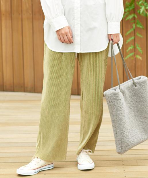 白のシャツにベージュのプリーツパンツと白のスニーカー、グレーのボアトートバッグをコーディネート