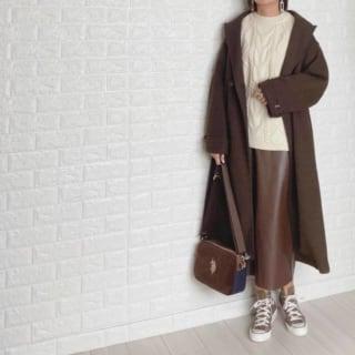 ブラウンのレザースカートにロングコートのコーデ