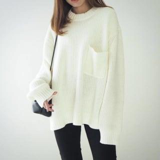 GUのローゲージワイドフィットクルーネックセーターと黒スキニーのコーデ