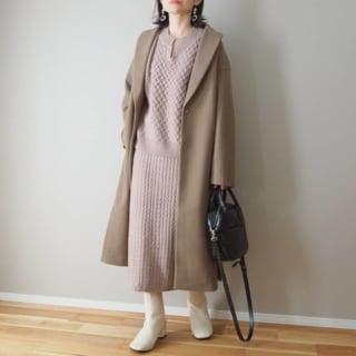 くすみピンクのセットアップスカートにブラウンチェスターコートのコーデ