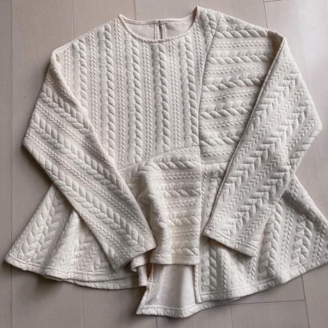 白のケーブル編みペプラムプルオーバー