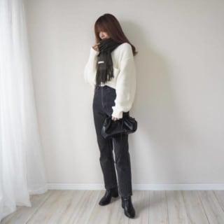 GUのローゲージワイドフィットクルーネックセーターとデニムパンツのコーデ