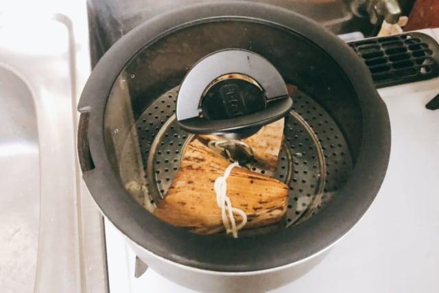 業務スーパーの豚ちまきをお鍋で蒸している状態