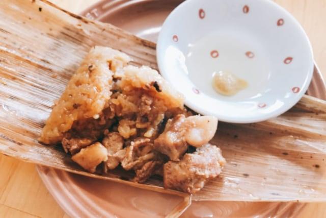 業務スーパーの豚ちまきを酢と辛子で食べる