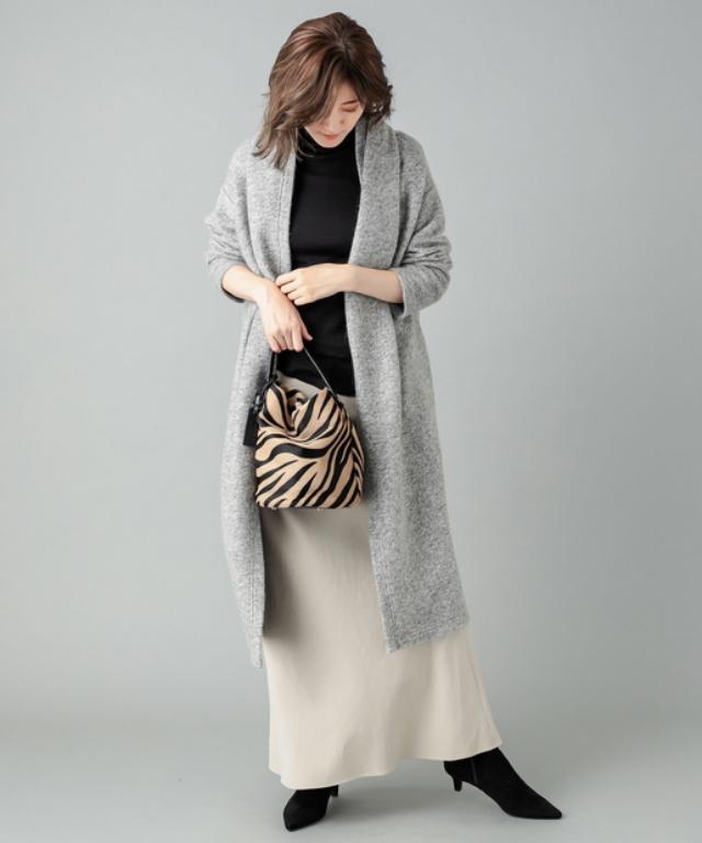 ロングガウンコートにロングスカートを合わせたコーデ