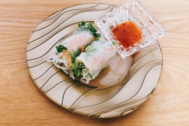 成城石井 海老の生春巻き2切れとタレをお皿に盛り付けたもの