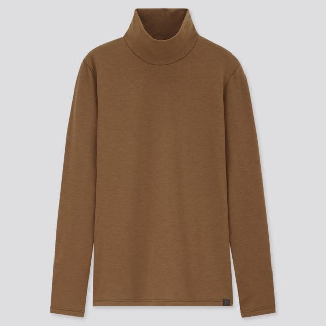 ブラウンのハイネックTシャツ